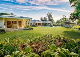 Nakatumble Luxury Eco Villa - Garden and surrounds of grounds